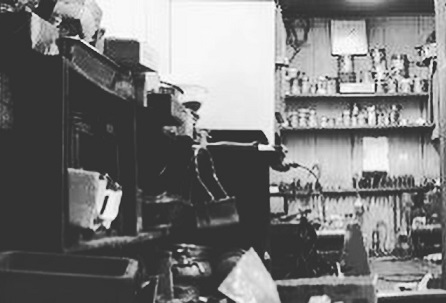熟練の職人と歴史を刻み込んだ金型、プレス職人の作業場