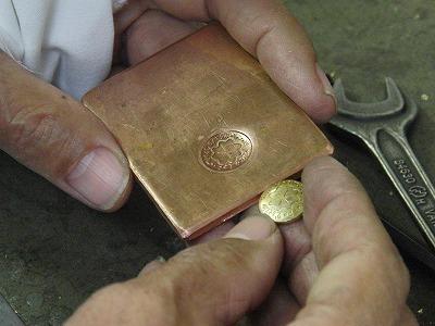 電気スポットを使用するにあたり、通電の良い金属の銅の板にホックがぴったりとはまるように、仮止めの準備をしていきます。