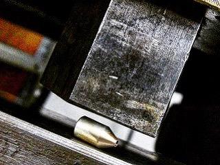 真鍮を加工後に、溶ける寸前の800c近くまで熱し、真鍮を可能な限り柔らかくして、プレス機にて潰して形を整えて行きます