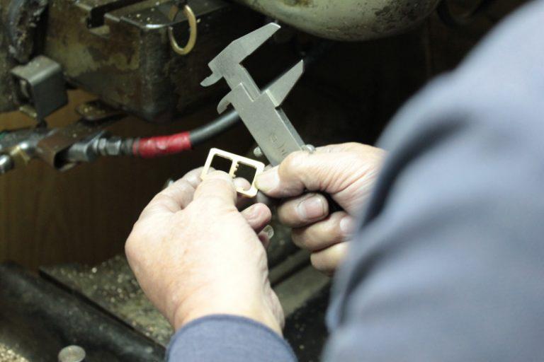 真鍮製で職人手作り、オリジナルピンバックルの特注オーダー