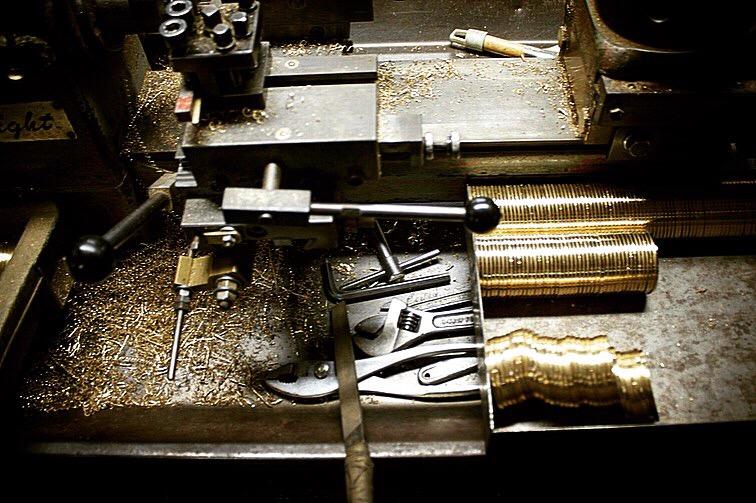 職人の手作業にて原型(全てのオリジナル金具の元、種)を作成