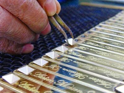 正面を磨き、その後にピラミッドを溶接することで、両パーツが一体では磨き上げられなかった部分まで、光沢のある、レベルの高い金具が作成することが可能です。