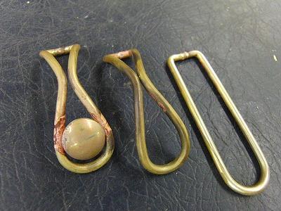 右側からだんだんと曲げ加工により形を整えていきます。    一番左は、とめ金具の部分を溶接し、鍍金加工に入る直前の姿。