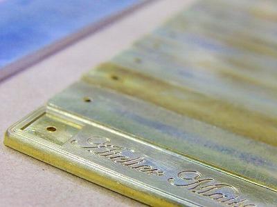今回のお客様は光沢メッキ、最高級のクオリティーがお望みとの事でしたので、本体部分の金具と、ピラミッドの金具の部分を、別工程で、バラバラにて製作していきます。