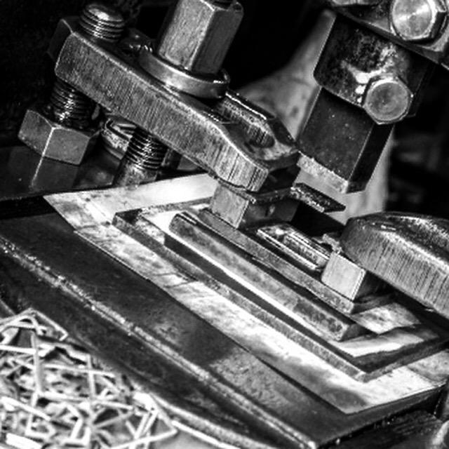 メタルハウスでは、お客様オリジナルブランドのロゴやデザインをプレス機にて手作業で刻印する技術と機械、そして、それを巧みにあやつる職人がいます。
