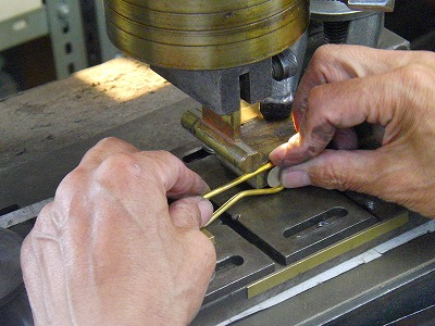 お客様ご要望のデザインになるように、その後も曲線を取り付けたり、調整を重ねていきます。
