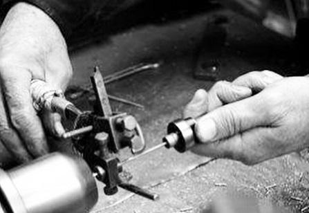 熟練の職人が、オリジナルアクセサリー、メタルパーツ、チャーム、バックル、、を作ります。
