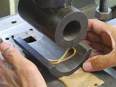 今度は、金具全体をそらしていきます。    メタルハウスでは、全ての工程を、熟練の職人が手作りにてモノ作りを進めていきます。