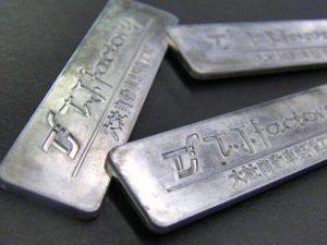アルミニウムは真ちゅうの約3分の1の重さ、とても軽量です。軽さや、やわらかさを追求するには素晴らしい素材ですが、メッキとの相性がとても悪い為、アルミニウムのプレートにメッキを付着させるには、非常に難しい金属の一つです。