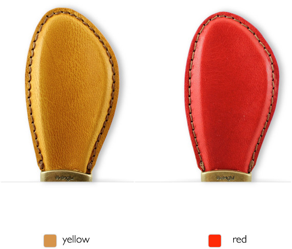 靴を履くときには、くつべらキーホルダーの上部キーホルダー部分を握りながら、かかとと、靴との間にそっと入れ込むことで、簡単に靴を履くことが可能になる優れものです。 もちろんキーホルダーとしての役目もしっかりとこなしてくれるので、とても便利な靴べら付きキーホルダーになります。
