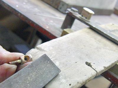 キーホルダーとして使用されるために、感触の良い商品にする為に、パーツを取り揃えた後に、手作業で丸みを付けたり、角を取ります。