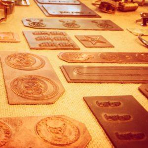 お客様のご希望を自由な形で、金色、銀色、アンティーク、エポキシ樹脂加工で、カラフルな色展開、イメージを金具にします。