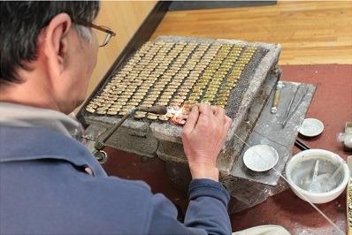 銀と真鍮を使い、熟練の職人がオリジナルの金具やアクセサリーをロー付けします。