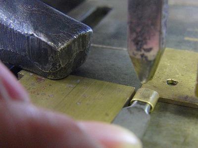 真ちゅう製のパイプに削りだし、お客様が希望している内径のサイズに一つずつ圧力を掛けてつぶしていきます。