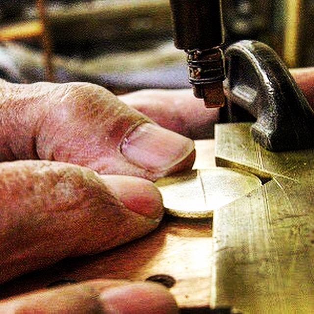 熟練の職人が、まるで体の一部のように、機械や金属を巧みに操り、全ての工程を職人の手作業にてオリジナルの金具やオーダーメイドのアクセサリー作成します。