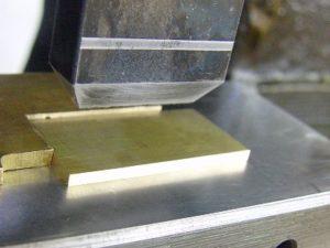 通常の型を作成して、量産するタイプのプレート作成とは異なり、サイズを出すところから、刻印の位置きめ、深さ、幅、、、様々な工程を手作業で行っていきます。