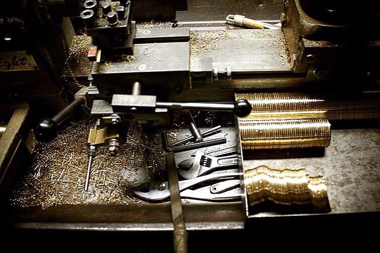 歴史を刻んだ職人や機械や道具。長年の経験と歴史を積み重ねてきたからこそ作れる、誰にも真似できないモノ作りがここメタルハウスにはあります。