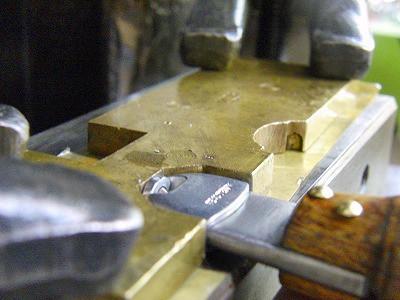 メタルハウスの金具の中で、ロングランの人気金具の一つに、靴べらとキーホルダーが一体になった金具があります(品番:Z-5272)。革を付属した完成品のサンプルがありますので、少しご紹介いたします。