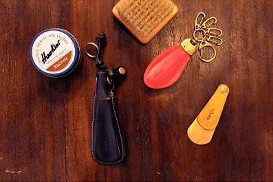 メタルハウスでは、金属加工の技術と縫製のノウハウを匠につなぎ合わせることで、靴べらキーホルダーを素材やロゴ、色や仕上げ、すべてを自由にオーダーメイドで作り上げることができます。