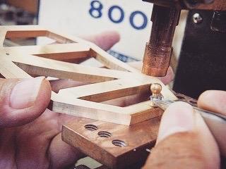 得意とする職人の手作業にて全て製作。重厚感、光沢、質感、どれをとっても一流品に作り上げることができました。