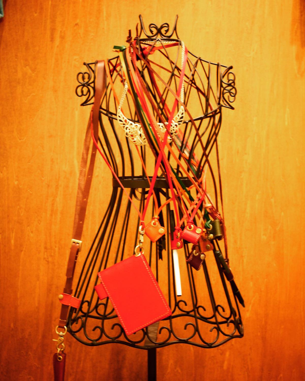 オリジナル金具のサンプルから、オリジナル金具を付属した、アクセサリー、金属小物や革小物のサンプルに至るまで、イメージやデザインを形にする、アイデアやインスピレーションを感じられる特別な場所