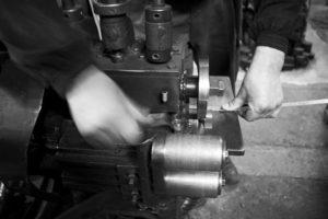熟練の職人が、まるで体の一部のように、機械や金属を巧みに操り、全ての工程を職人の手作業にてオリジナルの金具やオーダーメイドのアクセサリー作成します