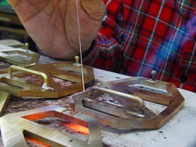 完全オーダーメイドのオリジナルバックルと、イニシャルを素押しした特注ベルトの縫製から取り付けまで製作させていただきました。