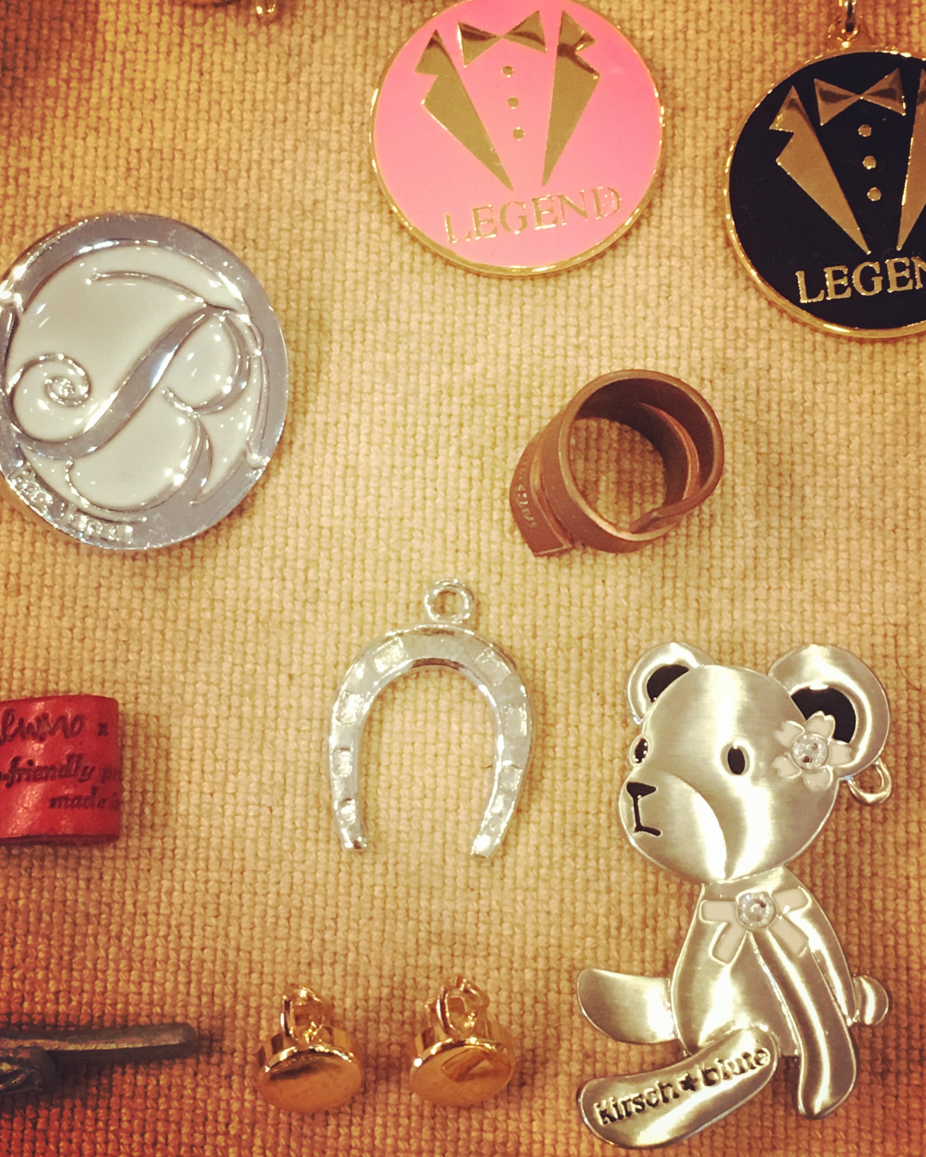 動物をモチーフにしたり、ブランドのロゴをデザインにしたり、イメージやご希望を自由な形で、金色、銀色、アンティーク、エポキシ樹脂加工、カラフルな色展開で、オンリーワンの金具やアクセサリーに作り上げます