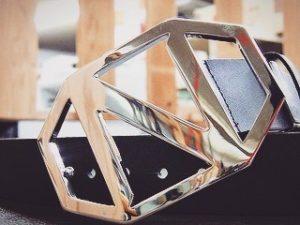 メタルハウスでは、オリジナルのボタン、ホック、チャーム、ネームプレートなどのアクセサリー金具、ノベルティー、記念品としての金属小物のオーダー、また、自動車メーカーへのオリジナルキーホルダー、靴べら、、こだわりのこもった、たくさんのオリジナル金具やオリジナル金属小物、革小物の依頼を頂きます。