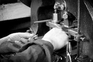 金属を削り出しながら金具を成形したり、鋳物の技術でアクセサリーを作ったり、オーダーメイドのデザインを元に、技術をつなぎ合わせながら、お客様の大切なブランドの金具にロゴを入れたり、希望のサイズや色、素材を選びながら、お客様のイメージを形にします