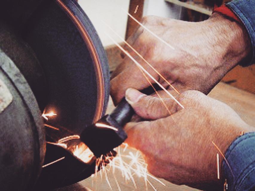 まるで体の一部のように、グラインダーを巧みに操り、オリジナル金具を作る道具を必要に応じて取り揃えていきます。  メタルハウスでは、お客様の大切なブランドの金具をロゴ入れたり、希望のサイズや色、素材を選び自由に作ることができます。