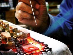 これから数十年もの間、オーダーメイドのベルトを使用してもらえるのは嬉しい限りです。 メタルハウスでは、さまざまお客様から、さまざまな用途に向けて、完全オーダーメイドのバックルを作ります。真鍮製などの素材のリクエストから、ブランドロゴ、ロットなどを考慮して、鋳物、プレス、削り出しなど、、お客様のイメージやデザインを形にする、最適な製法にて、オリジナルのバックルを製作していきます。