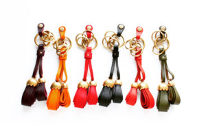 """メタルハウスオリジナルの金具にイタリアンナチュラルレザー""""ブッテーロ""""や""""ミネルバボックス""""で飾り付けした、オーダーメイドのキーホルダー。"""