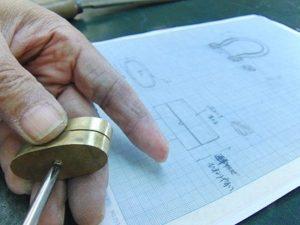 ひねりになる金具なので、最終的に裏面からバネ、その他のパーツを組み立てながら強さ、強度を確認していきます。