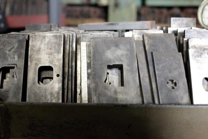 工場内に漂う沈黙と機械音のコントラストが、70年以上に渡って小さな金属の部品を刻んできた歴史を際立たせています。
