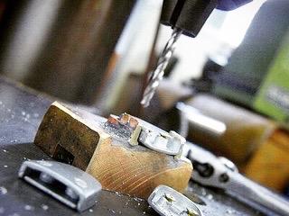 50年近いキャリアを持つ当社の職人が、一つ一つお客様のアイデアを形にしていきました。真鍮の板から、削り出し、作り直しを数回繰り返し、ようやく出来た最初のプロトタイプになります。