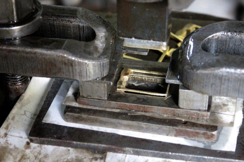 SK材(日本刀に用いられる強固なはがね素材のこと)で作られた型が、次々と丹銅・銀・真ちゅうなどの薄い金属に強い力で打ち込まれていきます。