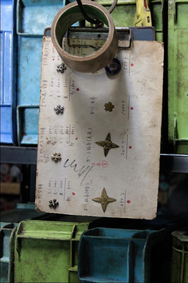 弊社のプレス技術は数十トンもあるプレス機をもちいて、模様のついた型を金属に押し付けることで、金属の表面に様々な刻印、模様をほどこす技術のことです。