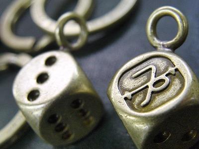 """こちらもTOYPLANEさまオリジナルで作成させて頂いたサイコロの金具です。      モチーフをサイコロの目""""1""""としてデザインされています。"""