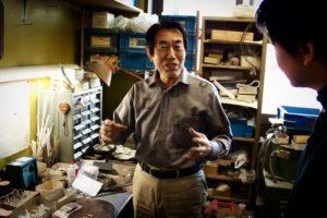 """世界に一つしかないオリジナル金具の製作をもう少し身近に、手軽に感じてもらえるように、今回は""""サンプル製作風景""""です。 職人の手作業にて原型(全てのオリジナル金具の元、種)を作成したり、金属から削り出しながら金具を成形して行ったり、鋳物の技術でアクセサリーを作ったり、オーダーメイドのデザインに合わして、巧みに技術をつなぎ合わしながら、お客様のイメージを形にします。"""