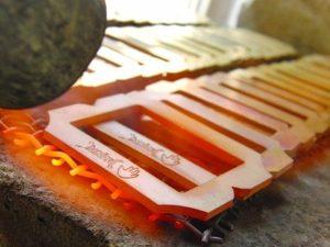 """これから、ウエストの曲線によりスムーズになじませる為に、曲線をつけていきます。 その前により滑らかな曲線を付けていくために、""""なまし(金属を一度溶解温度すれすれまで熱し、金属を柔らかくする技術)""""の工程を行って行きます。"""