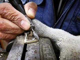 真鍮は加工もしやすく、そのままの状態でも、メッキ加工をしても上質な素材です。オリジナルのブランドロゴを入れたカシメやホック、スタッズ、チャームなどの製作はできないとあきらめていたという声をたくさん聞くことがあります。