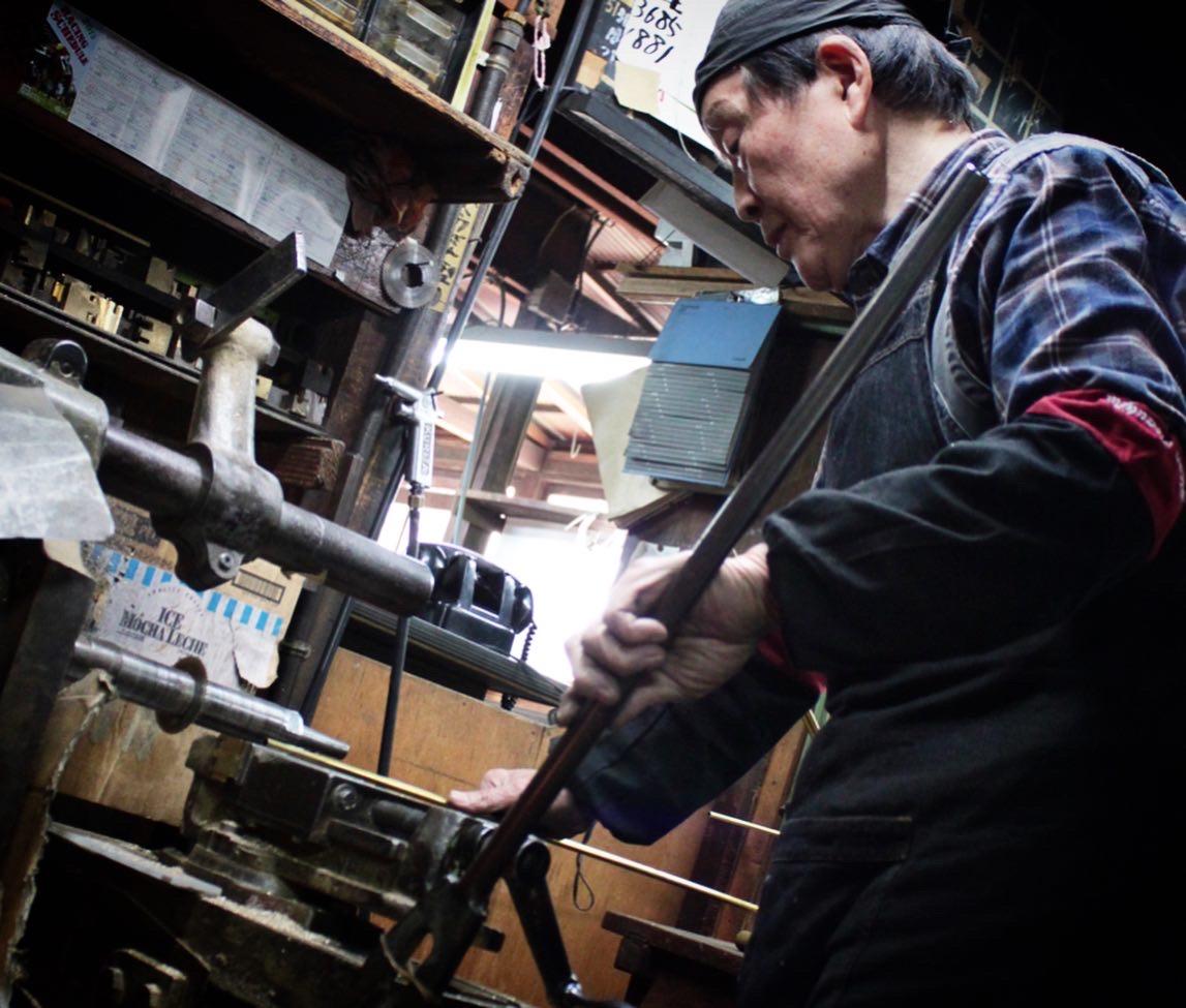 真鍮の板材、丸材をメインの素材として扱い、デザインや図面に合わせて形を成形していく古くからある日本の伝統技術。