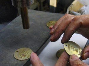 蹴飛ばし(=ケトバシ)と、凹凸を取り付ける鉄の棒を使用して、職人が手作業でオリジナルのメタルプレートにアンティーク加工を施していきます。