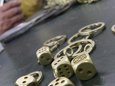職人の手によって、それぞれの金属パーツが丁寧に組み立てられていきます。