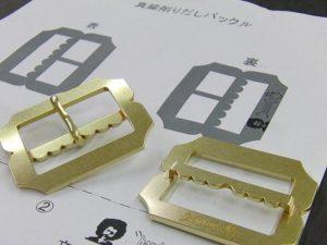 職人オーダーメイド、真鍮製、オリジナルロゴ入りベルトバックルの製作 Original Belt Buckle Fittings メタルハウスでは、さまざまお客様から、さまざまな用途に向けて、完全オーダーメイドのバックルを作ります。真鍮製などの素材のリクエストから、ブランドロゴ、ロットなどを考慮して、鋳物、プレス、削り出しなど、、お客様のイメージやデザインを形にする、最適な製法にて、オリジナルのバックルを製作していきます。