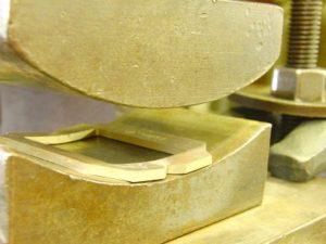 金属の曲げ型を上げると、真ちゅうになだらかな、カーブが付いていますね。