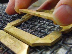 """バックルとしての役目を果たす為の、""""ピン""""を取り付ける為に、バックル本体にパーツを別途真ちゅうで作成し、ロー付け(純銀を使用した強度の高い溶接方法)をしていきます。"""