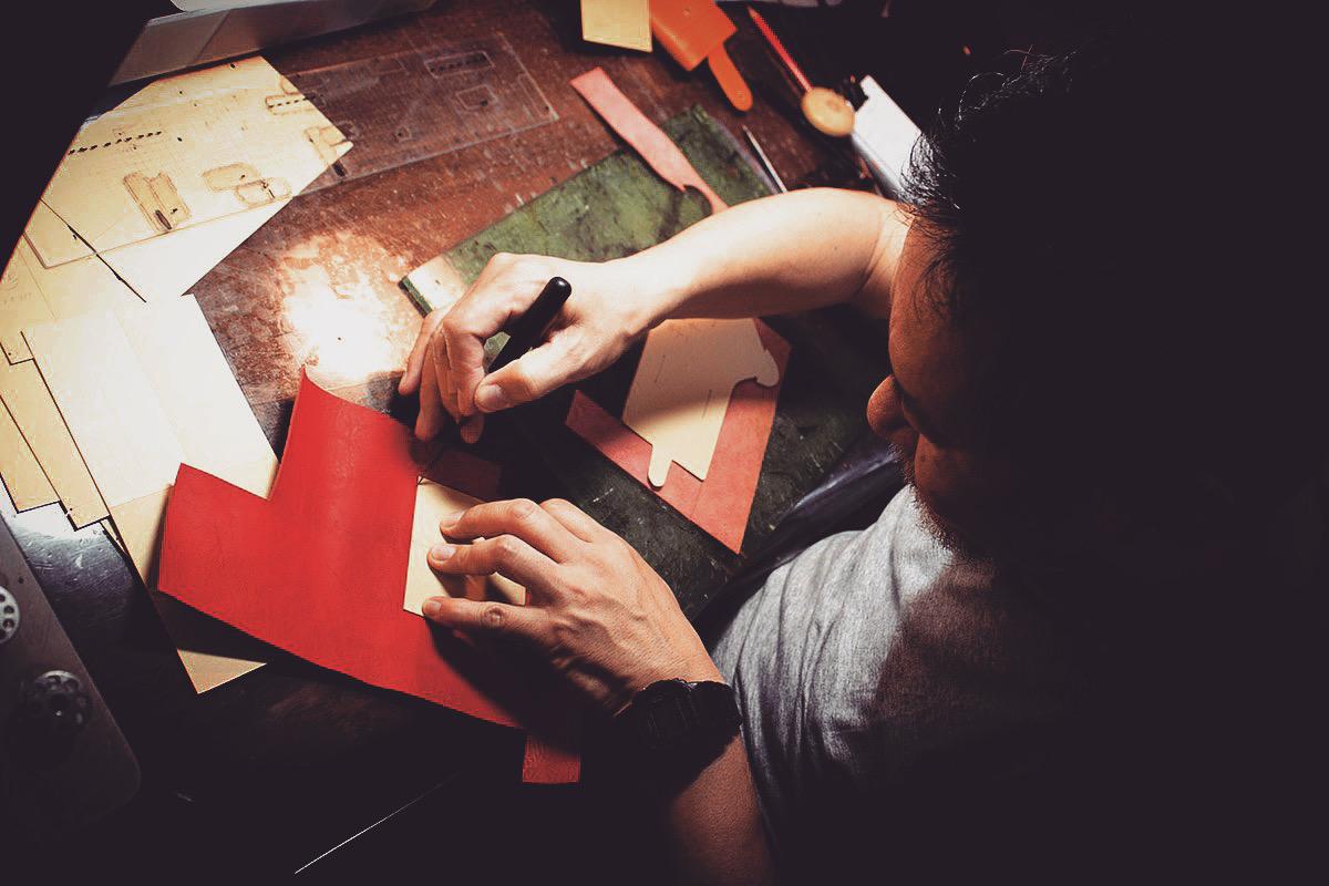 メタルハウスでは、お客さまがイメージしているアイデア、デザイン、イメージを金具の製作から、縫製の工程まで一貫して製作のお手伝いをすることが可能になりました。