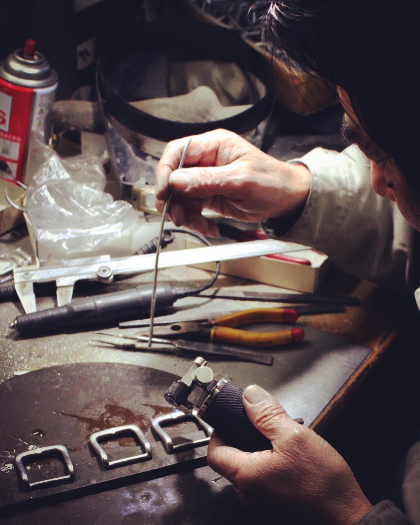 私たちメタルハウスは80年以上 お客様の大切なブランドの金具を製作したり、アクセサリーのデザインにオリジナルのロゴ入れたり、希望のサイズや色、形、ロット、素材を自由カスタマイズしながらオーダーメイドの金具やアクセサリー製作し続けています。